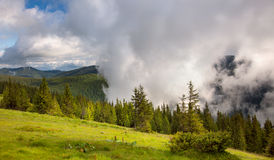 Величественные туман и облака в ландшафте долины горы Стоковое фото RF