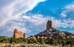 Величественные утес-памятники против голубого неба Дезертированная Аризона, США Стоковые Фото