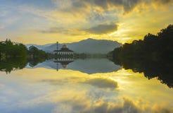 Величественный взгляд мечети Корана Darul во время захода солнца с отражением зеркала в озере стоковое фото rf