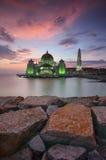 Величественный взгляд мечети проливов Малаккы во время захода солнца с цветом vibrance стоковое фото