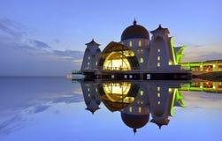 Величественный взгляд мечети проливов Малаккы во время захода солнца С зоной copyspace Стоковые Фотографии RF