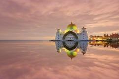 Величественный взгляд мечети проливов Малаккы во время захода солнца С зоной copyspace Стоковое Изображение