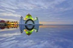 Величественный взгляд мечети проливов Малаккы во время захода солнца С зоной copyspace Стоковые Фото