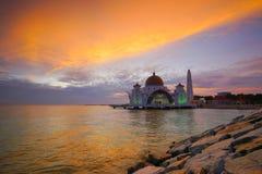 Величественный взгляд мечети проливов Малаккы во время захода солнца стоковые изображения