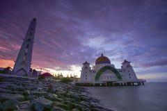 Величественный взгляд мечети проливов Малаккы во время захода солнца немножко стоковые фото