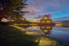 Величественный восход солнца на мечети Putra, Путраджайя Малайзии Стоковое Фото