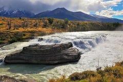 Величественный каскадируя водопад Стоковая Фотография