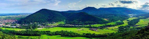 Величественный обзор к красивой долине от вершины высокой Стоковые Изображения