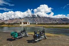 2 велосипеда в Гималаях Ladakh, Индия Стоковое Фото