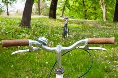 2 велосипеда в зеленом луге Стоковая Фотография