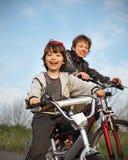 2 велосипеда езды братьев Стоковое фото RF