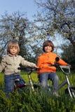 2 велосипеда езды братьев Стоковая Фотография