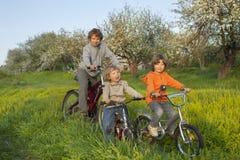 3 велосипеда езды братьев Стоковое фото RF