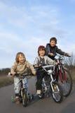 3 велосипеда езды братьев стоковые изображения