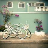 2 велосипеда и красочного дом Стоковые Изображения