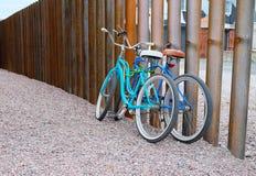 2 велосипеда на загородке Стоковые Изображения
