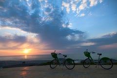 2 велосипеда на заходе солнца Стоковые Фото
