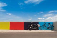 2 велосипеда на итальянском обваловке Стоковая Фотография