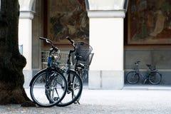 2 велосипеда на предпосылке здания Стоковые Изображения RF