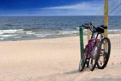 2 велосипеда на пустом пляже Стоковые Изображения RF