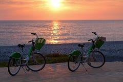 2 велосипеда на пляже Батуми Стоковая Фотография