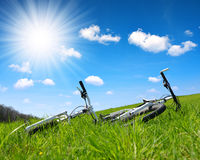2 велосипеда на траве Стоковое Изображение RF