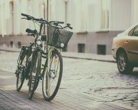 2 велосипеда на улице Стоковая Фотография