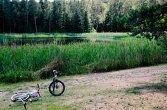 2 велосипеда озером Стоковое Изображение RF