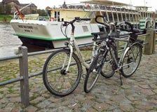 2 велосипеда паркуя на береге реки Дрездена Стоковая Фотография