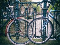 2 велосипеда падая в влюбленность на мосте в Амстердаме, Netherland Стоковые Фотографии RF