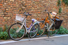 2 велосипеда приближают к кирпичной стене в центре Римини, Италии Стоковое Фото