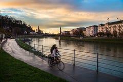 2 велосипеда рядом с рекой Salzach Зальцбурга Стоковые Изображения