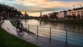 2 велосипеда рядом с рекой Salzach Зальцбурга Стоковое Изображение RF