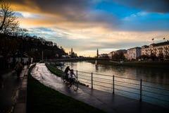 2 велосипеда рядом с рекой Salzach Зальцбурга Стоковые Изображения RF