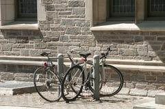 2 велосипеда рядом с старым домом Стоковые Изображения