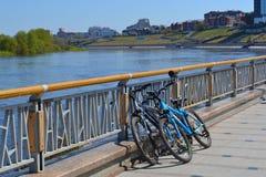 2 велосипеда стоят на защите на обваловке в Tyumen, Стоковые Фото