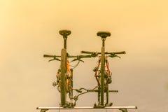 2 велосипеда установленного на крыше автомобиля Стоковое Изображение