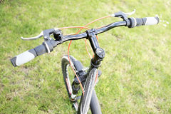 велосипед велосипед перспектива горы рук пущи фокуса поля глубины велосипедиста отмелая Стоковое фото RF