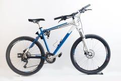 велосипед велосипед перспектива горы рук пущи фокуса поля глубины велосипедиста отмелая Стоковое Изображение