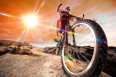 велосипед велосипед перспектива горы рук пущи фокуса поля глубины велосипедиста отмелая Спорт и здоровая жизнь стоковые изображения
