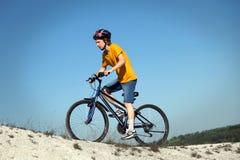 велосипед велосипед перспектива горы рук пущи фокуса поля глубины велосипедиста отмелая Спорт и здоровая жизнь весьма спорты Bic  Стоковая Фотография RF