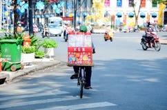 Велосипед въетнамских людей ехать на дороге Стоковая Фотография