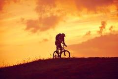 Велосипед в восходе солнца Стоковое Изображение RF