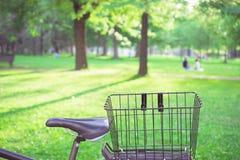 Велосипед в парке на солнечный день Стоковая Фотография RF