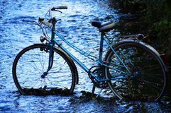 Велосипед в реке Стоковые Изображения