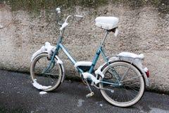 Велосипед в снежке стоковая фотография rf