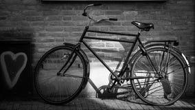 Велосипед в улице стоковые изображения