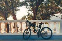 Велосипед горы припаркован около корабля образа жизни белого отдыха здоровья загородки городского Стоковое Изображение
