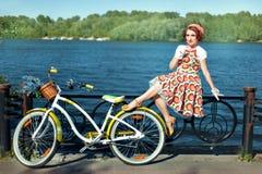 Велосипед девушки близко Стоковое Изображение