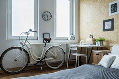 Велосипед девушки в современной спальне Стоковые Фотографии RF
